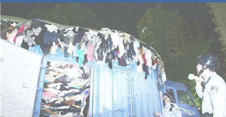陆丰查获涉嫌走私韩文商标旧服装约10余吨