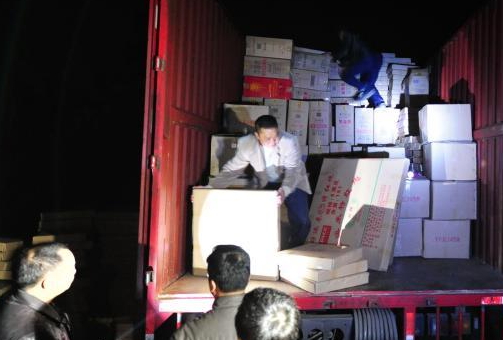 广东云浮市查获大宗非法运输劣质烟花爆竹案